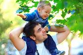 Otec a syn baví hrát venku — Stock fotografie