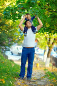 Father and son having fun playing outdoors — Stockfoto