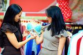 Piękne kobiety, kupując biustonosz w bielizna sklep — Zdjęcie stockowe