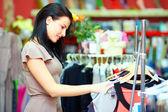 Abbastanza elegante donna shopping nel negozio di vestiti — Foto Stock