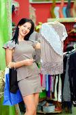 Mutlu zarif kadın giyim mağazasında alışveriş — Stok fotoğraf
