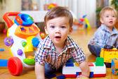 любопытно мальчика, изучая детская комната — Стоковое фото