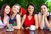 Belos amigos femininos no café de verão — Foto Stock