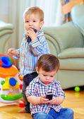 两个可爱的小宝贝幼儿探索移动电话在家里 — 图库照片