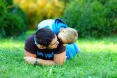 Pai e filho se divertindo no parque verde — Foto Stock
