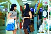 Gelukkig elegante vrouwen winkelen in de stad mall — Stockfoto