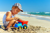 Cute baby boy playing toys on beach — 图库照片