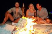 Heureux s'amuser autour du feu — Photo