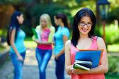 Gelukkig student dragen brillen, kleurrijke buitenshuis — Stockfoto