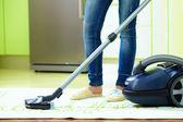 Frau startseite reinigung mit staubsauger — Stockfoto