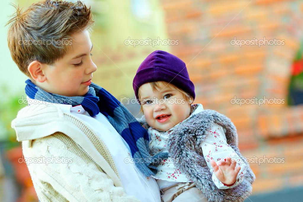 可爱的弟弟和妹妹的室外肖像