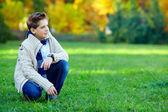 Stijlvolle tiener op groene weide — Stockfoto