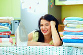 Gelukkige huisvrouw voltooid strijkvoorziening, home interieur — Stockfoto