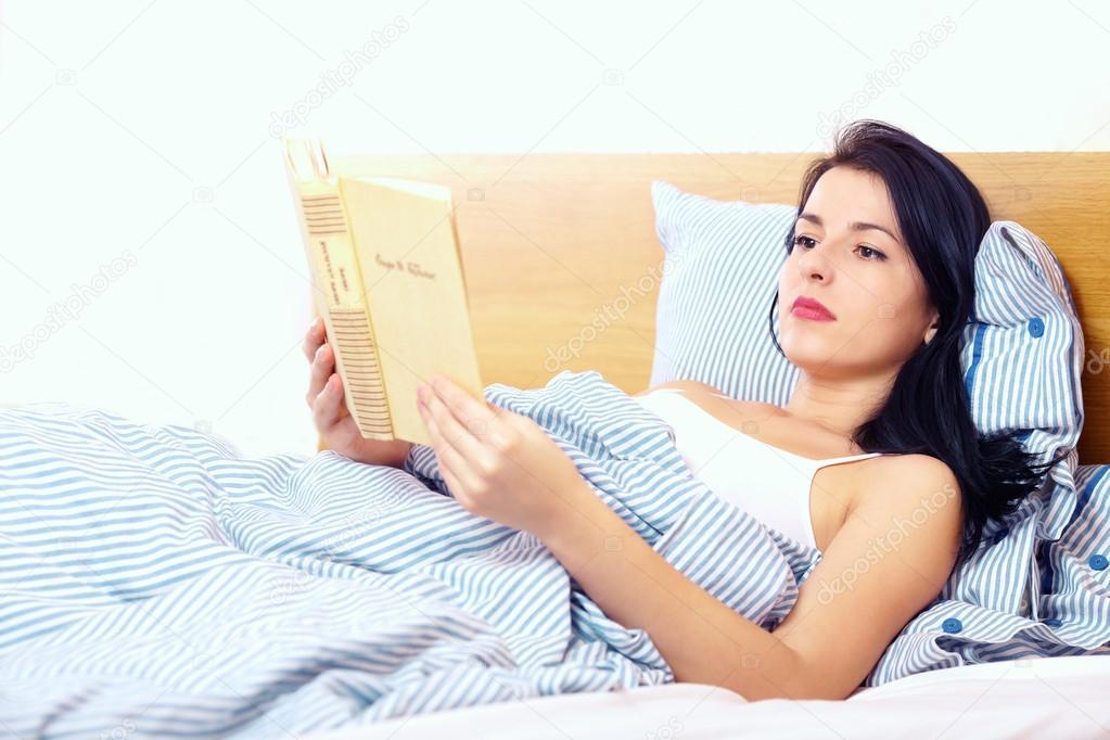 Фото женщин в ночных рубашках в постели фото 400-610
