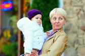 Portrait de la mère et le bébé fille sur la rue de la ville — Photo