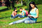 Vacker student tjej på färgglada soliga gräsmattan — Stockfoto