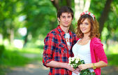 Romantic young couple in spring park — Stok fotoğraf