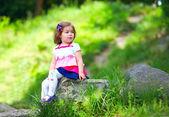 Baby meisje portret, kleurrijke park — Stockfoto