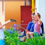küçük çocuklar savaş, renkli oynamak oyuncak tabanca ile açık — Stok fotoğraf #26172627