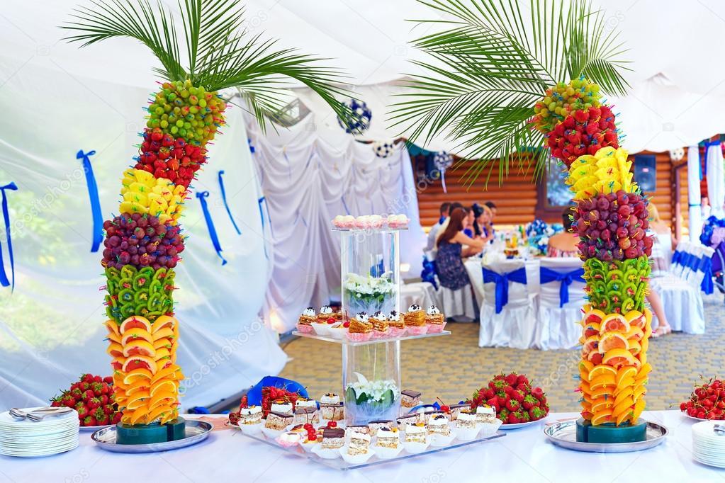 Décoration de fruits et gâteau colorée sur la partie