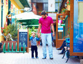 Upset baby and father on the city street — Stockfoto
