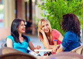 Happy friends talking in summer cafe, urban outdoors — Stock Photo