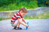 Criança pequena pintura no chão com giz — Foto Stock