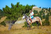 Far och son rider tillsammans på häst — Stockfoto