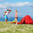 Foto Stock: Happy family camping in mountains
