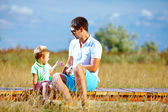 Far och son talar, sommaren putdoor — Stockfoto