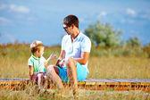 Padre e hijo hablando, putdoor de verano — Foto de Stock