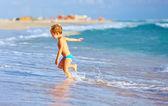Sevimli çocuk deniz sörf eğleniyor — Stok fotoğraf