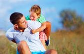 Padre e figlio divertirsi giocando al campo estivo — Foto Stock