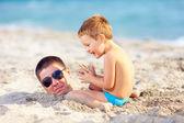 Ojciec i syn, zabawy w piasku na plaży — Zdjęcie stockowe