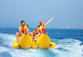 счастливые люди, развлекаясь на банановой лодке — Стоковое фото