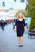 Attractive overweight woman walking the city street — Stock Photo