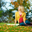 Beautiful pregnant woman enjoying autumn park — ストック写真