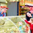 Happy buyers and sellers in grocery supermarket — Stock Photo