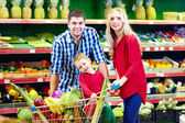 Family shopping in grocery market — Stockfoto