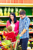 Family buying healthy food in supermarket — Stok fotoğraf