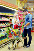 Family shopping in grocery supermarket — Stock Photo
