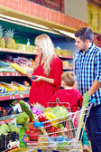 Family shopping in grocery market — ストック写真