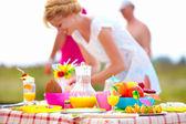 подготовка таблицы пикника в парке летом — Стоковое фото