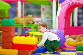 šťastné dítě hrát si s hračkami v mš — Stock fotografie