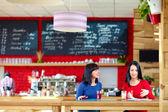 Belle donne discutendo di affari nell'atmosfera rilassata — Foto Stock