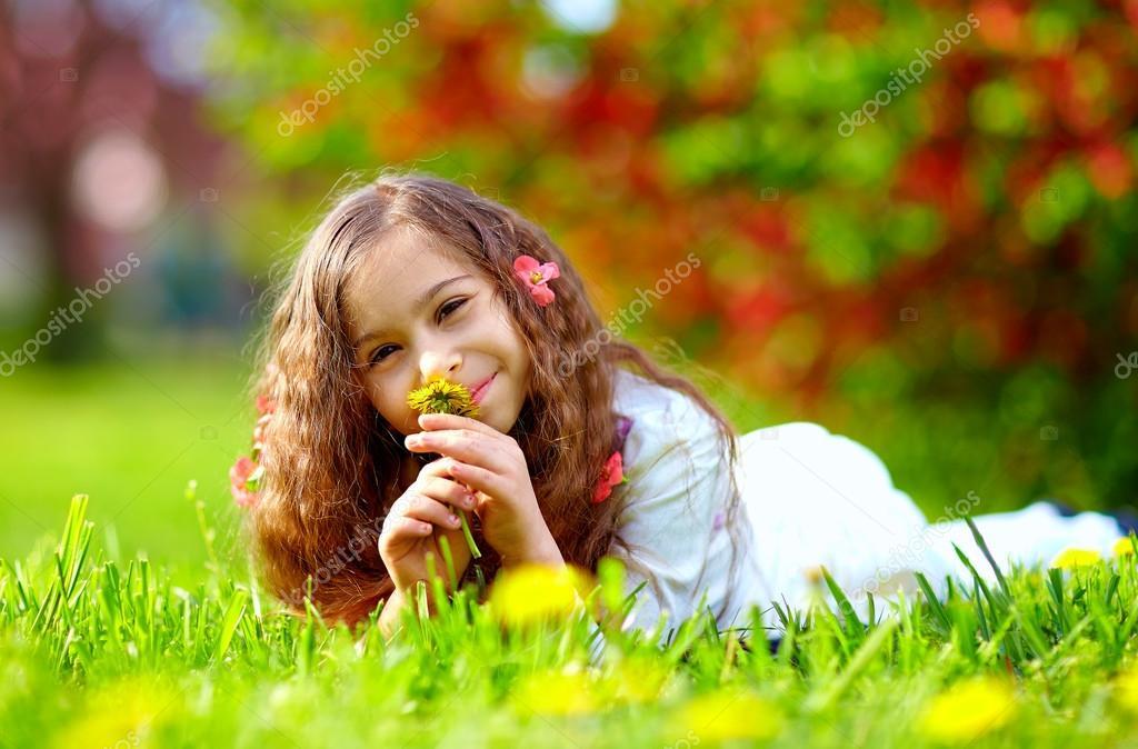嗅花香春天公园里的漂亮女孩