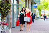 Mutlu artı boyutu kadınlar alışveriş — Stok fotoğraf