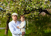 Szczęśliwy ojciec i syn w wiosenny ogród — Zdjęcie stockowe