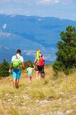 家庭出游的穿过群山 — 图库照片