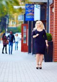 Beautiful plus size woman walking the city street — Stock Photo